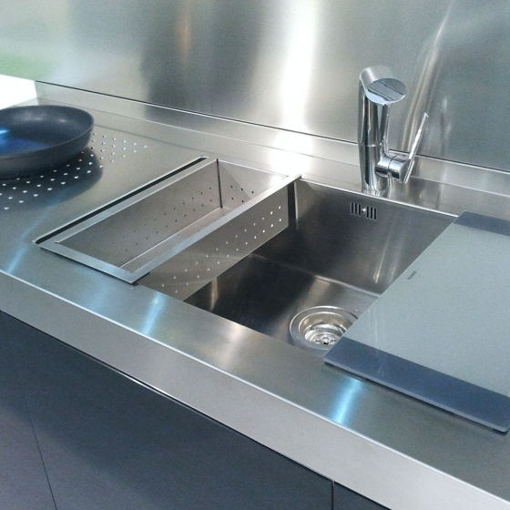 Arca Cucine Italia - Cucine Domestiche Acciaio Inox - Accessori - Lavello Design 0 Mm - Tagliere In Cristallo Temperato E Vaschetta Scolapasta 012