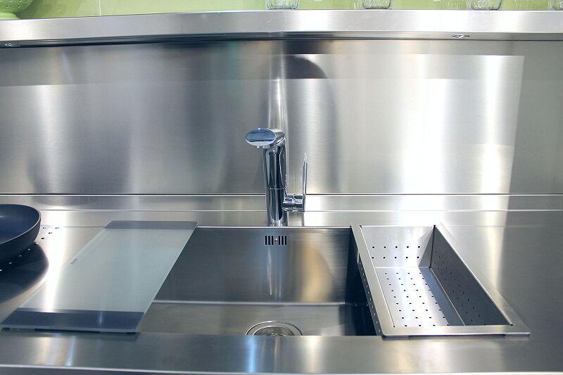 Arca Cucine Italia Cucine Domestiche Acciaio Inox Accessori Lavello Design 0 Mm Tagliere In Cristallo Temperato E Vaschetta Scolapasta 2 031