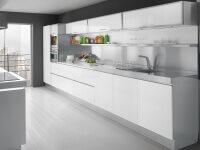 Arca Cucine Italia - Cucina Domestica Modello Tren - Frontale in Vetro Colorato - Struttura Inox - Top in Acciaio - Isola Centrale con Piano Cottura.