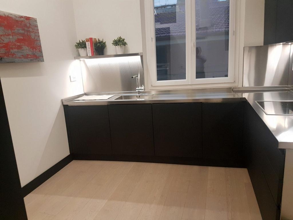 Arca Cucine Italia Cucine Domestiche Acciaio Inox Realizzazioni Cucina Inox Con Ante Laccate Antracite 002